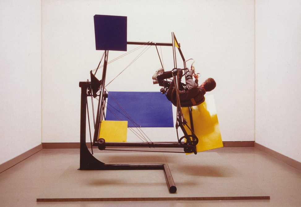 Kinetisches Objekt 1985 Material: Stahlrohr, Fahrradteile, Antrieb Mensch über Kette und Keilriemen, Bewegung gleichzeitig um 3 Achsen, 220 x 120x 300 cm